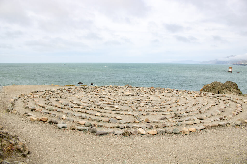 kleines Labyrinth aus Steinen am Strand vom Lands End in San Francisco