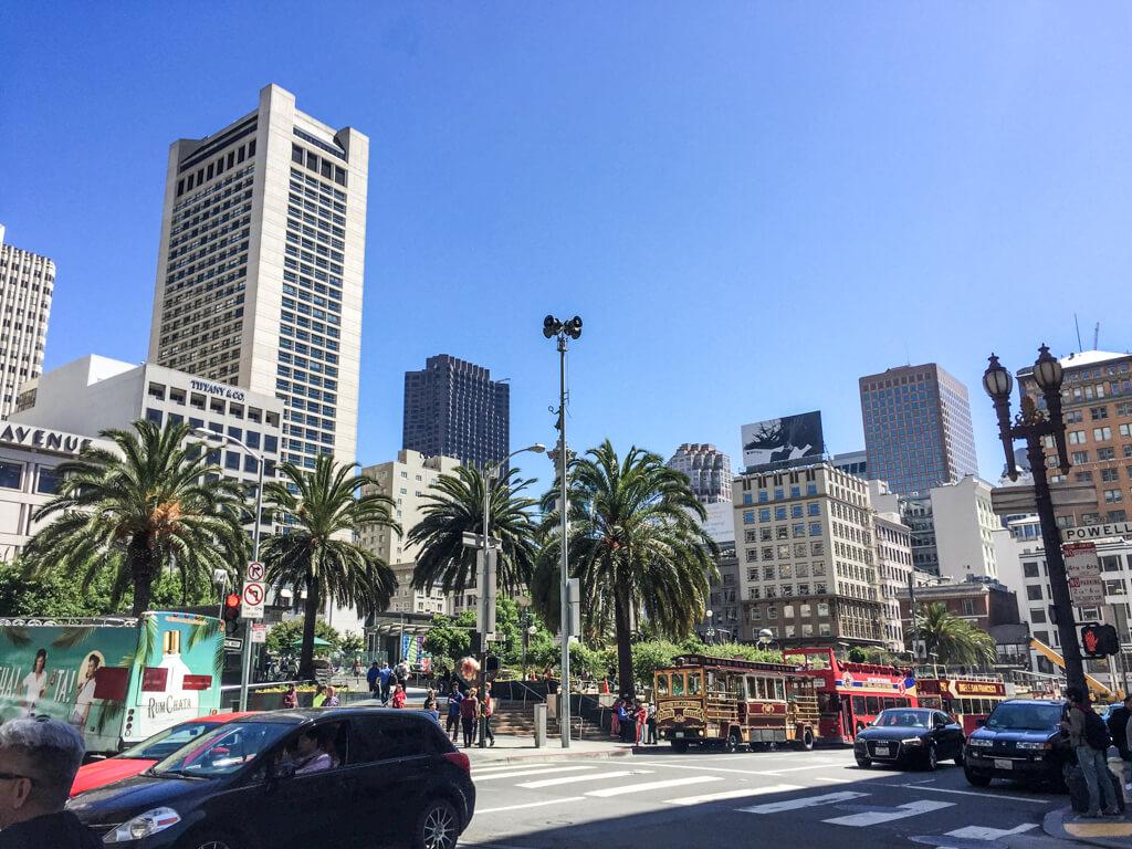 Blick auf Hochhäuser und Straßen in San Francisco