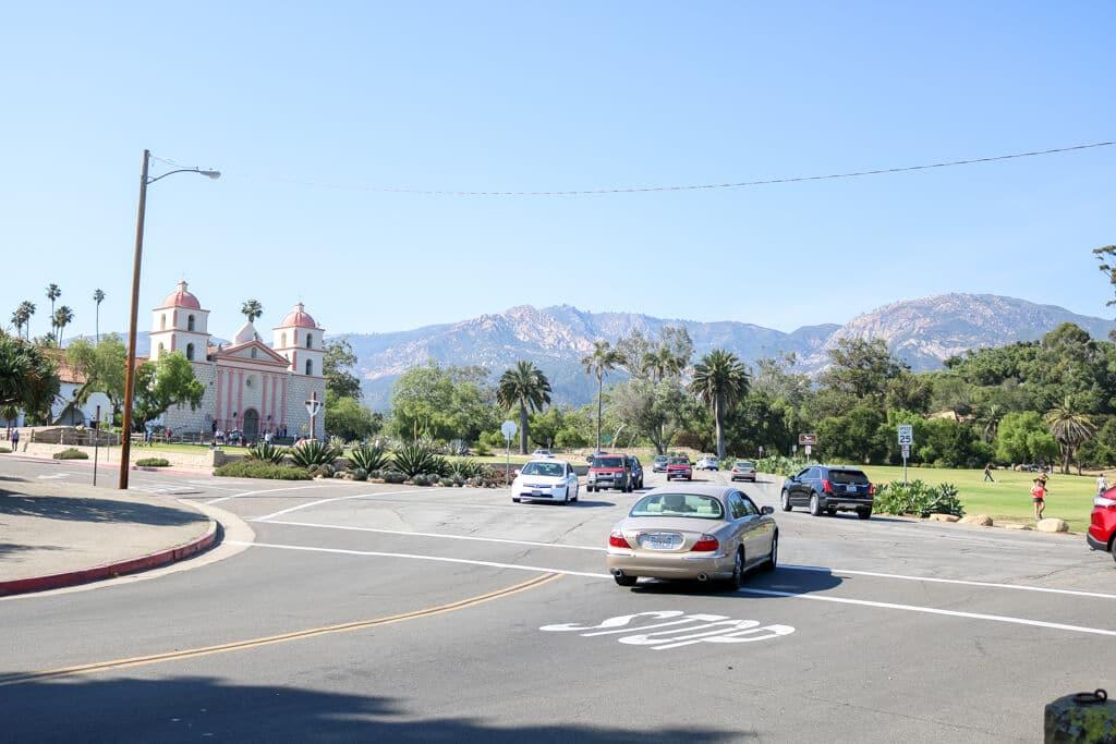 Kreuzung mit Autos - links hinten die Old Mission Santa Barbara