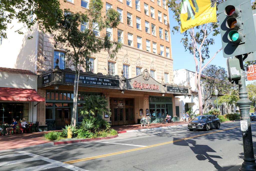 State Street Santa Barbara - links das Granada Theatre