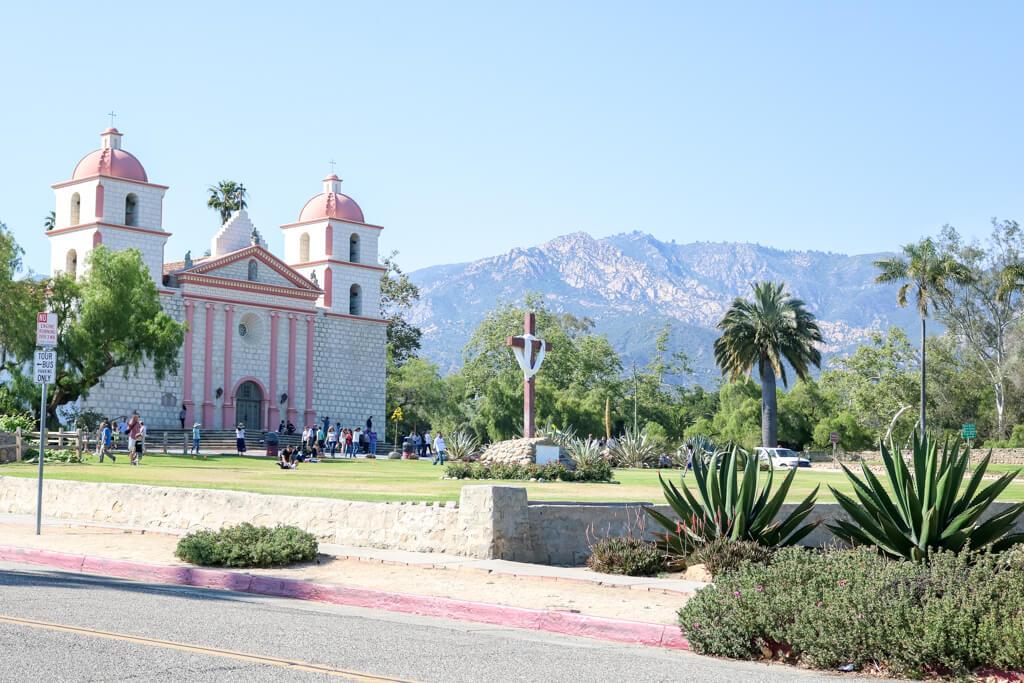 Old Mission Santa Barbara - davor eine Wiese und Kakteen