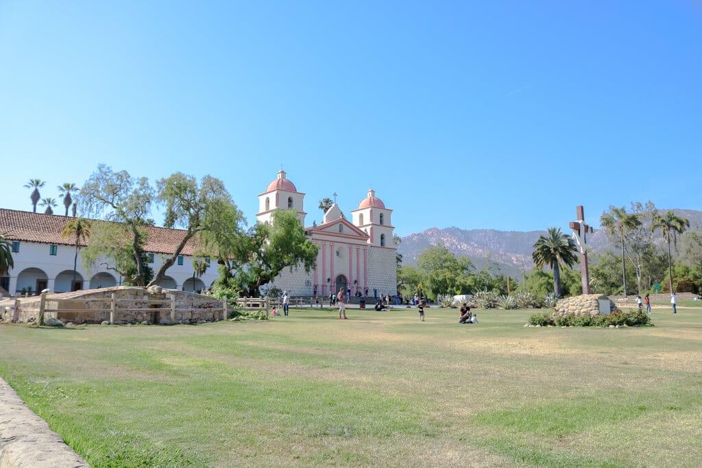 Wiese vor der Old Mission Santa Barbara