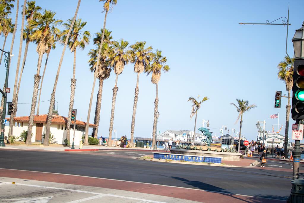 Stearns Wharf - Kreisverkehr mit einer Delfin-Statue in der Mitte