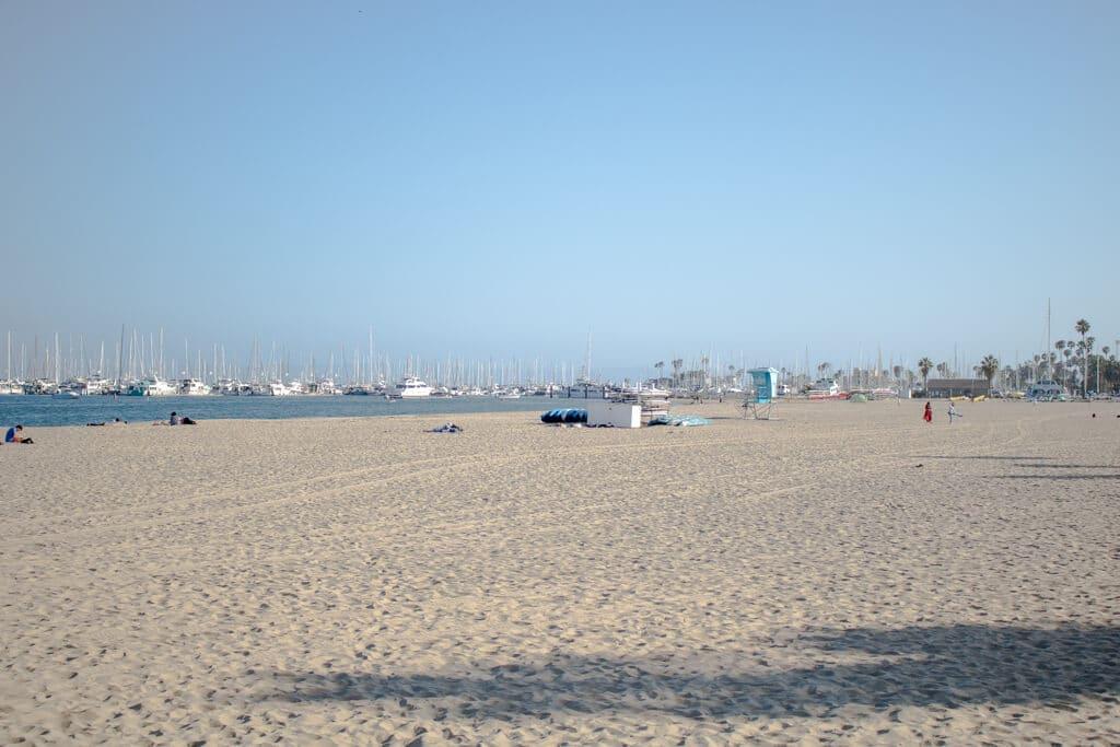 breiter Sandstrand mit einem Boot