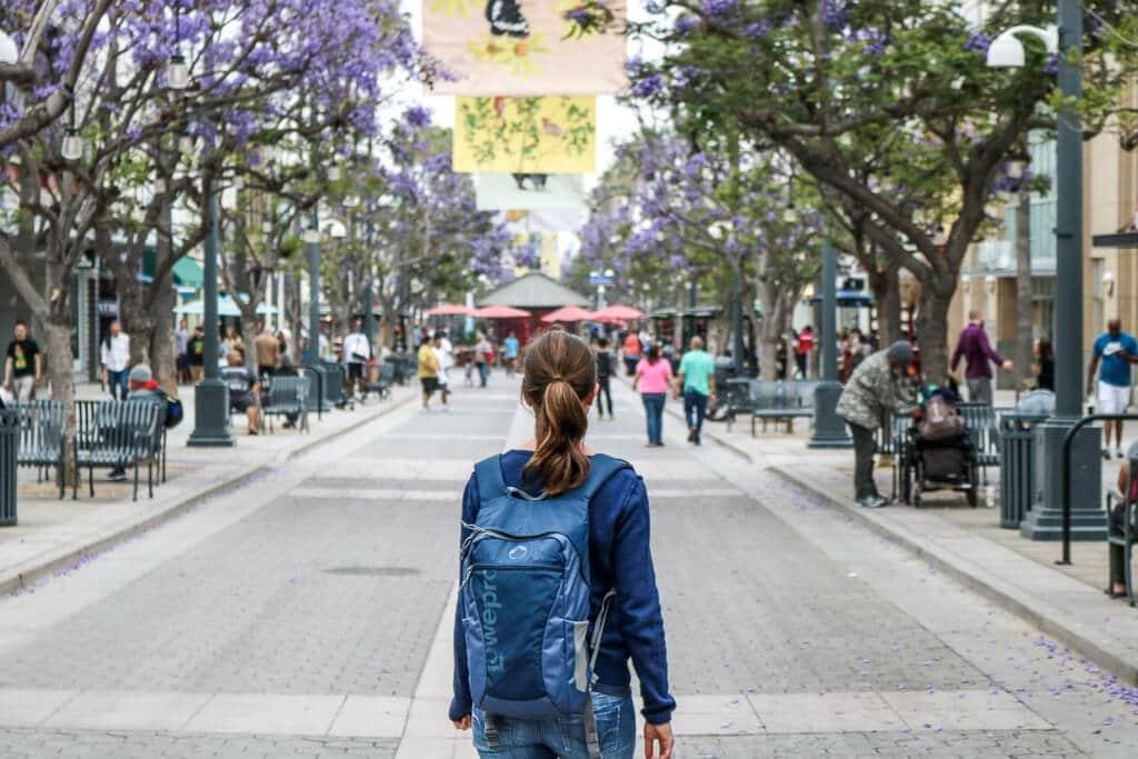 Santa Monica - Downtown - Fußgängerzone - Frau schaut Bäume an