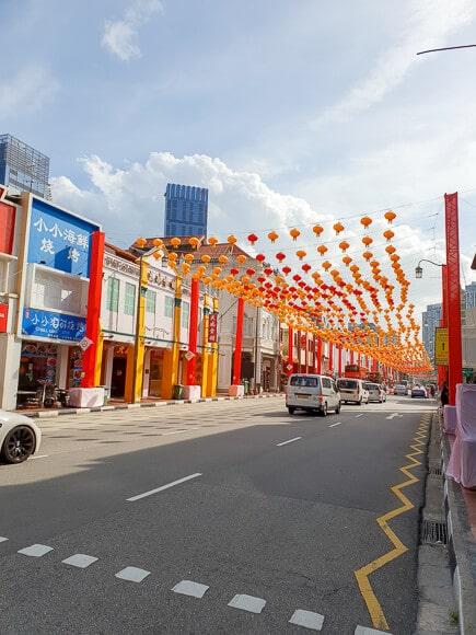 Straße geschmückt mit chinesischen Lampions