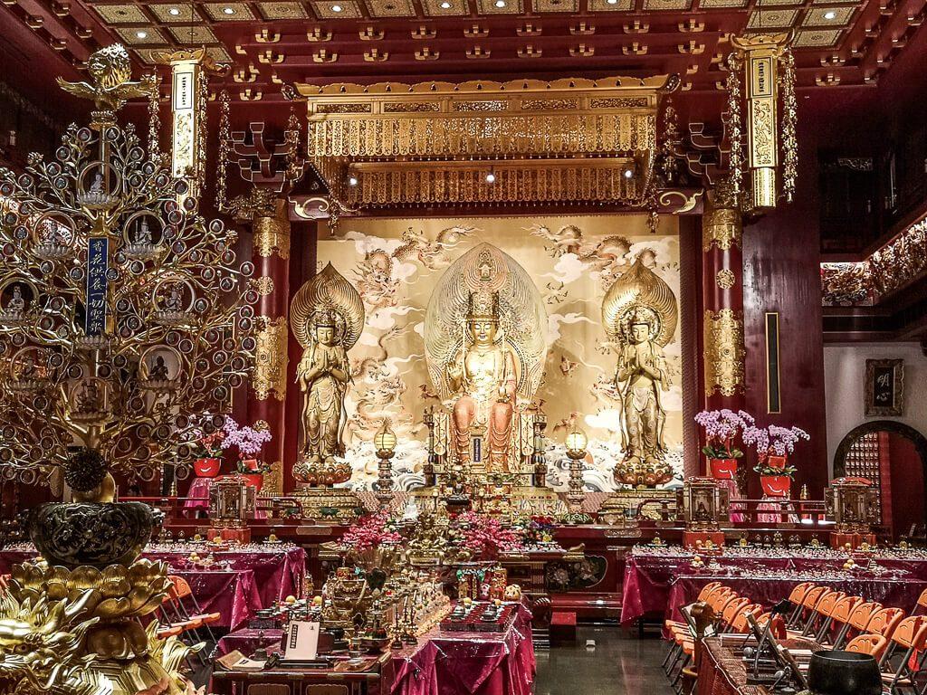 golden verzierte Wand mit Buddha-Statue