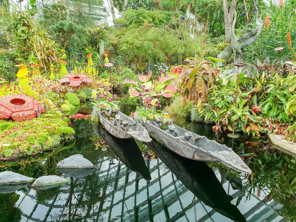 kleiner Teich mit Deko-Booten und Blumen