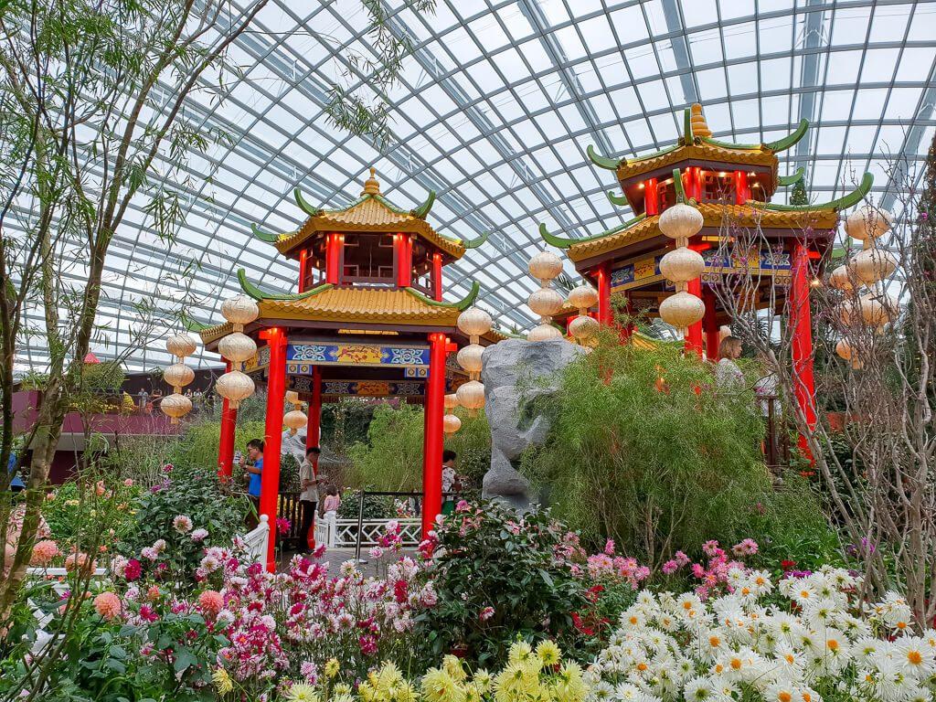 rote chinesische Pavillons inmitten von Blumen