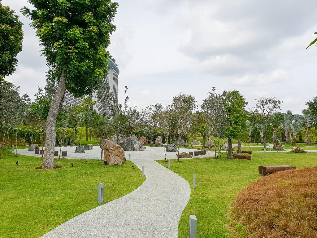 Weg führt zwischen Rasenflächen zu einem großen Platz
