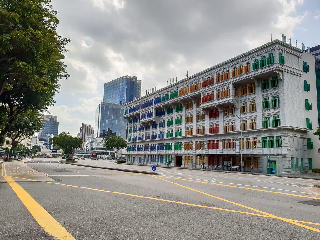 Gebäude an einer Straße mit bunten Fenstern
