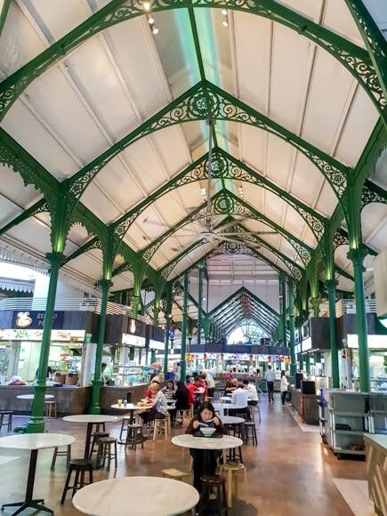 überdachtes Hawker Center in Singapur mit grünen Trägern