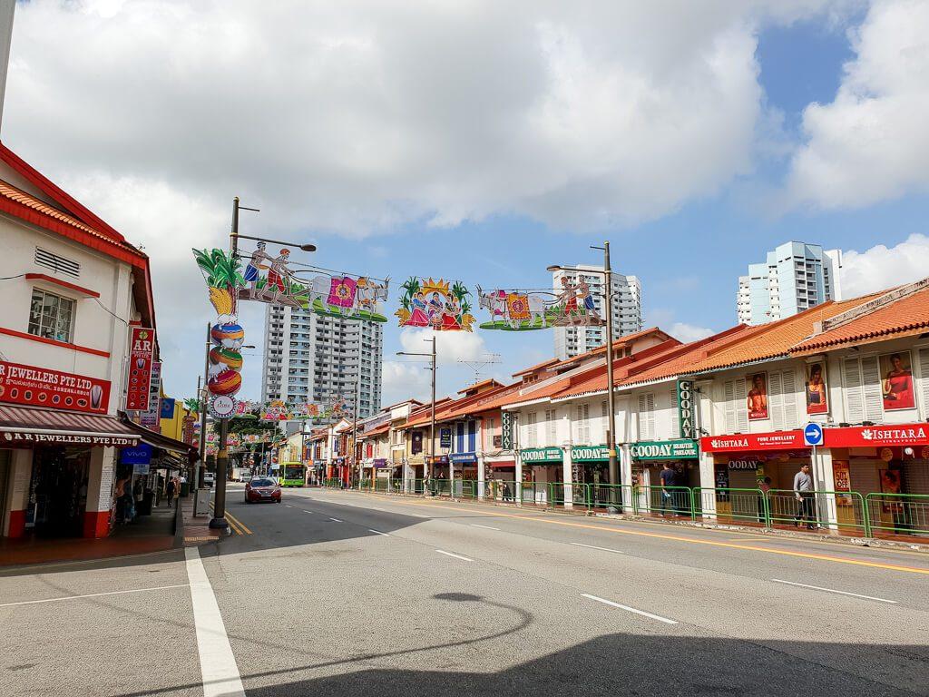 Straße mit Dekoration über dem Weg - auf beiden Seiten niedrige Häuser