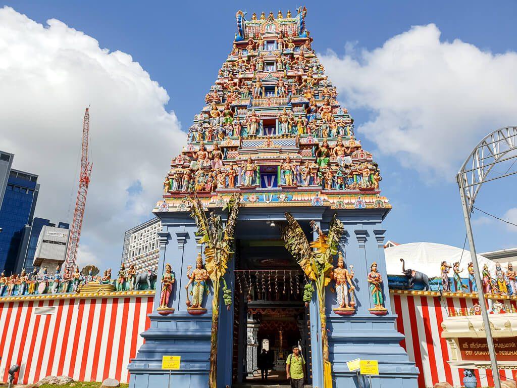 hinduistischer Tempel mit bunten Figuren