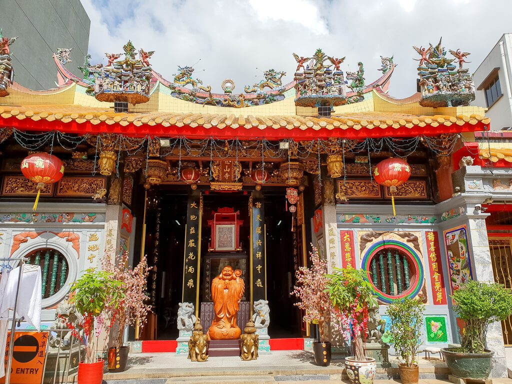 Leong San See Tempel - Eingang zum Tempel mit Buddha-Statue