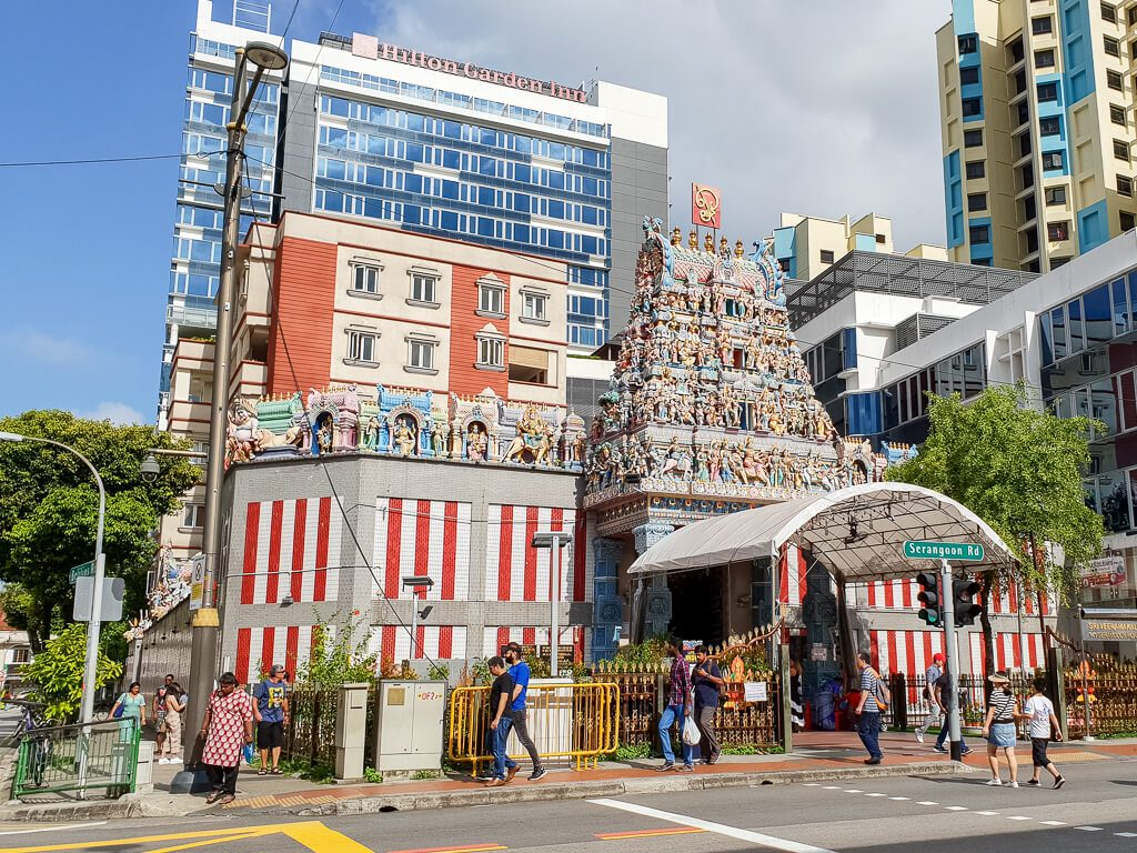 Tempel an einer Straße