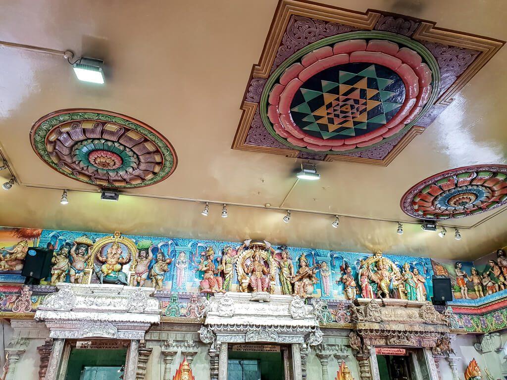 bunt verzierte Decke und Wände in einem Tempel