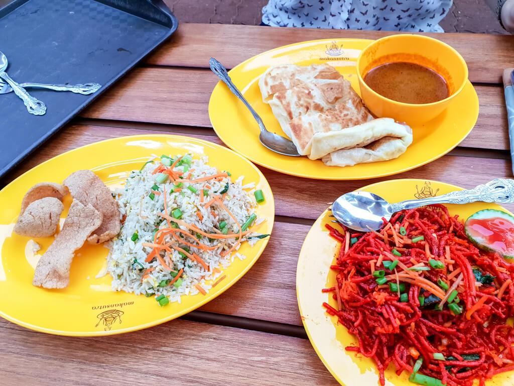 Indisches Essen auf drei Tellern