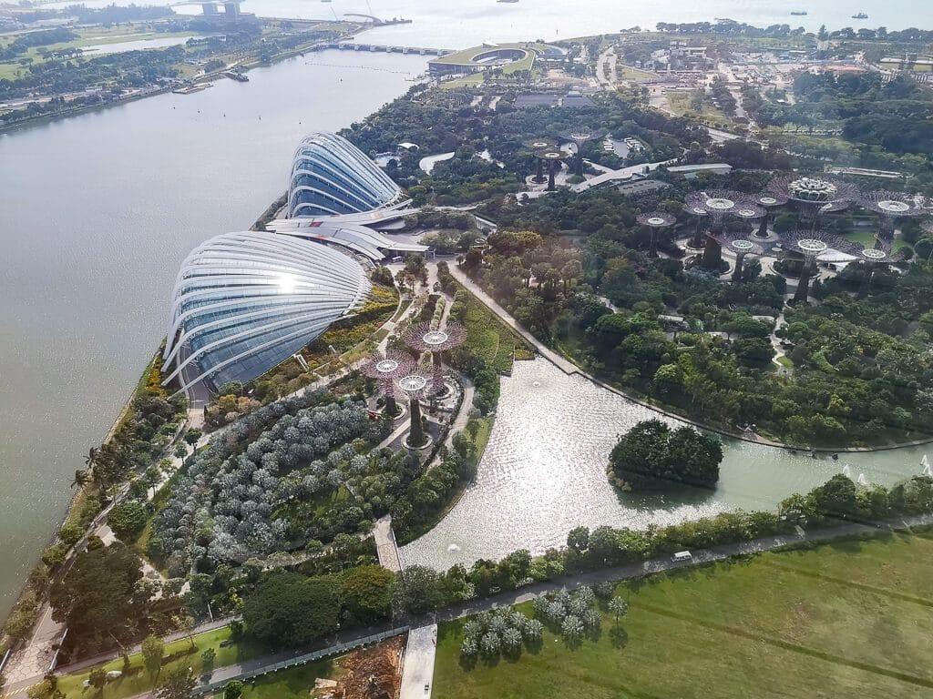 Blick über die Bucht von Singapur mit den Gewächshäusern