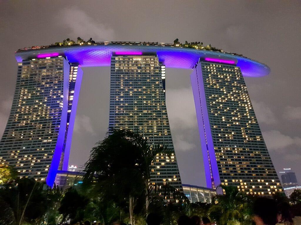 Marina Bay Sands Hotel bei Nacht beleuchtet
