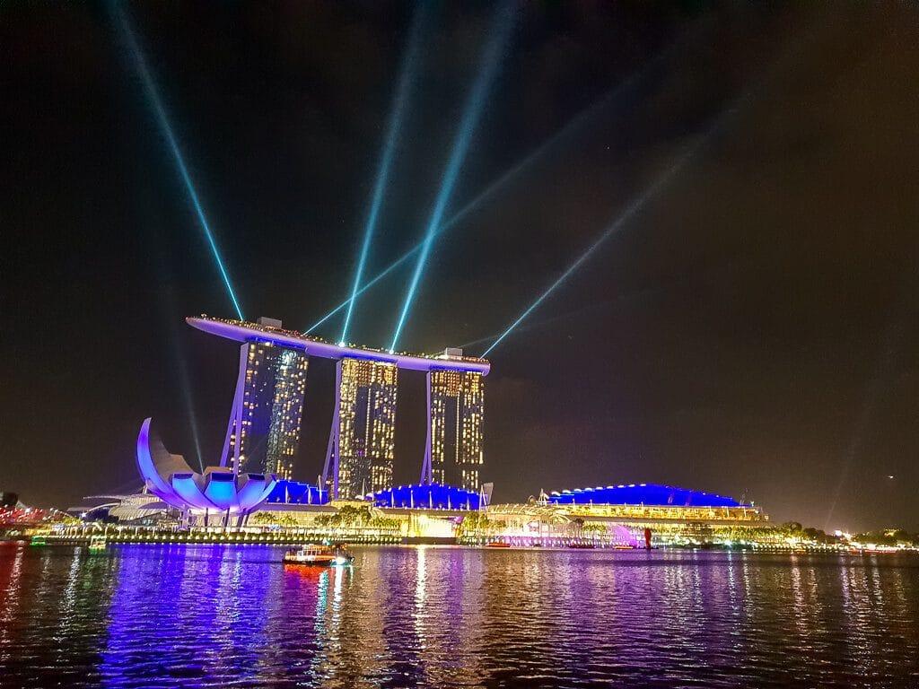 Laserstrahlen werden vom Marina Bay Sands in den Nachthimmel gestrahlt - darunter die Marina Bay beleuchtet