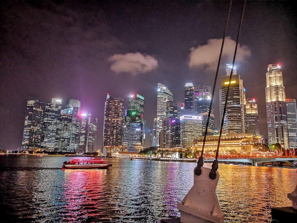 Skyline von Singapur bei Nacht beleuchtet