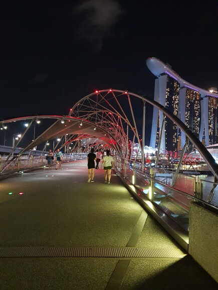 Helix Bridge Singapur bei Nacht