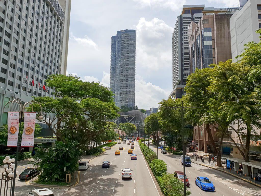 mehrspurige Straße zwischen Wolkenkratzern