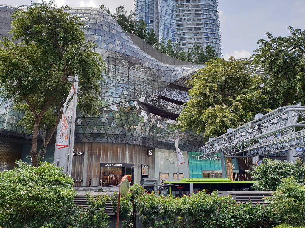 Shoppingmall mit vielen Glaselementen und grünen Pflanzen