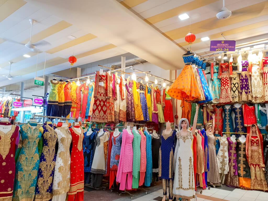 bunte, indische Kleidung in einem Einkaufscenter