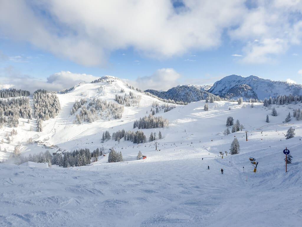 Panorama von Bergen und Skipisten im Winter