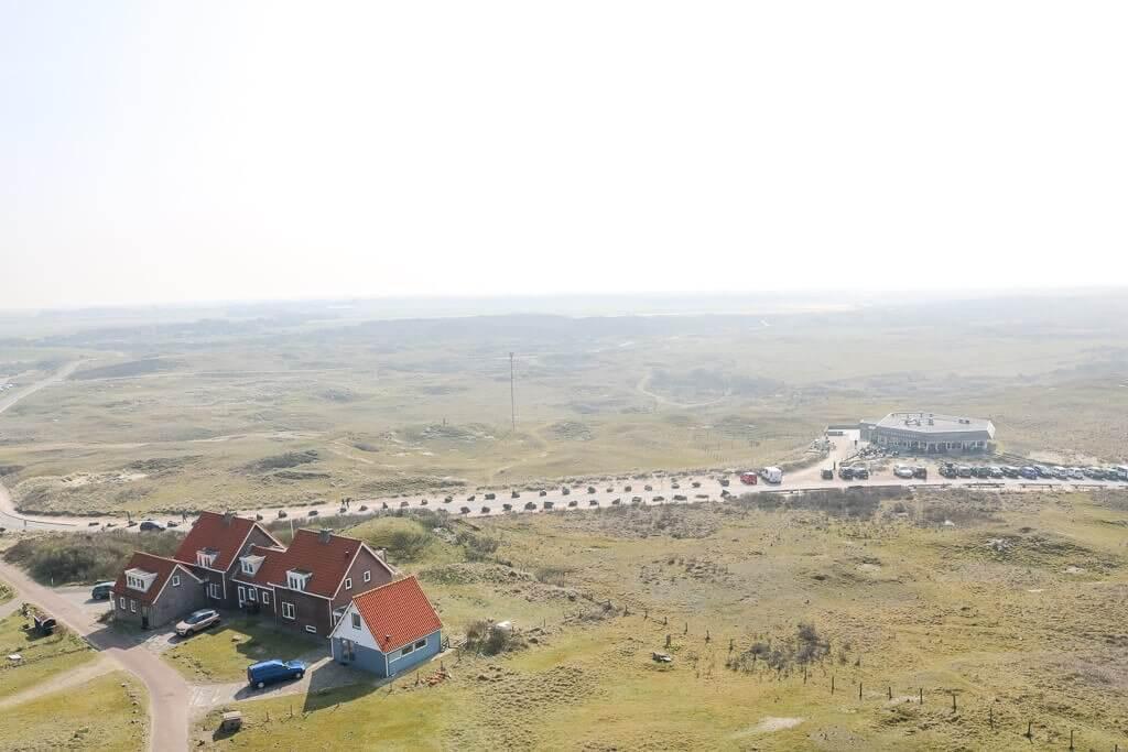 mehrere Häuser stehen in den Dünen von Texel - Blick von oben