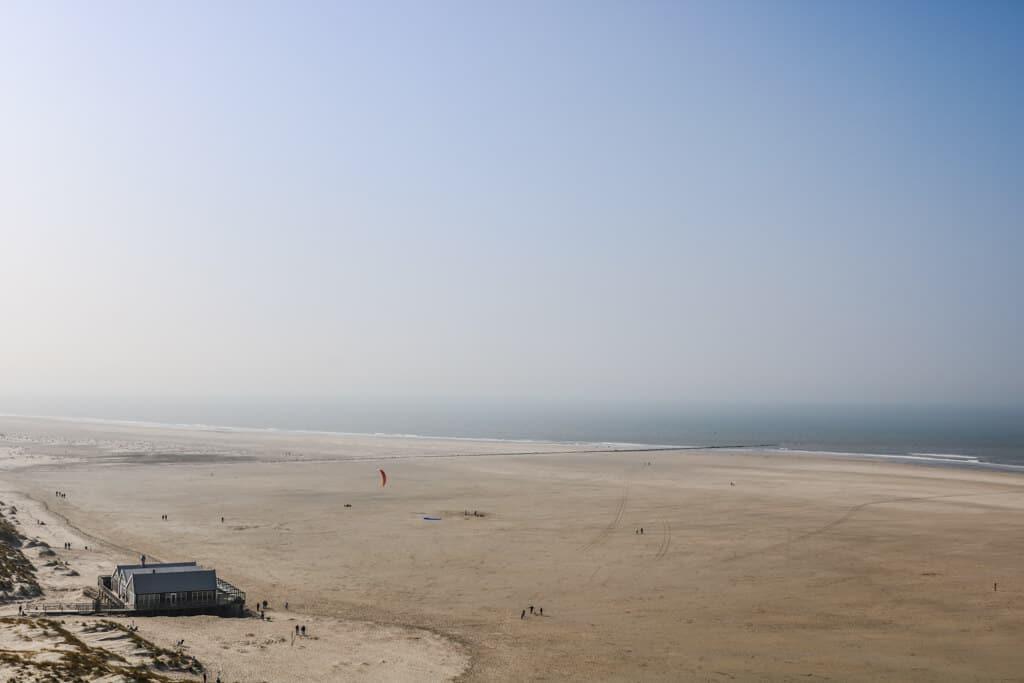Ausblick über einen Sandstrand bis hin zum Meer