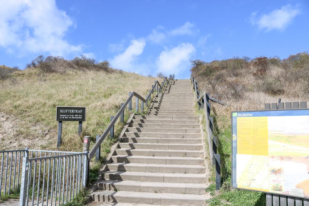 Treppe führt einen Deich hinauf