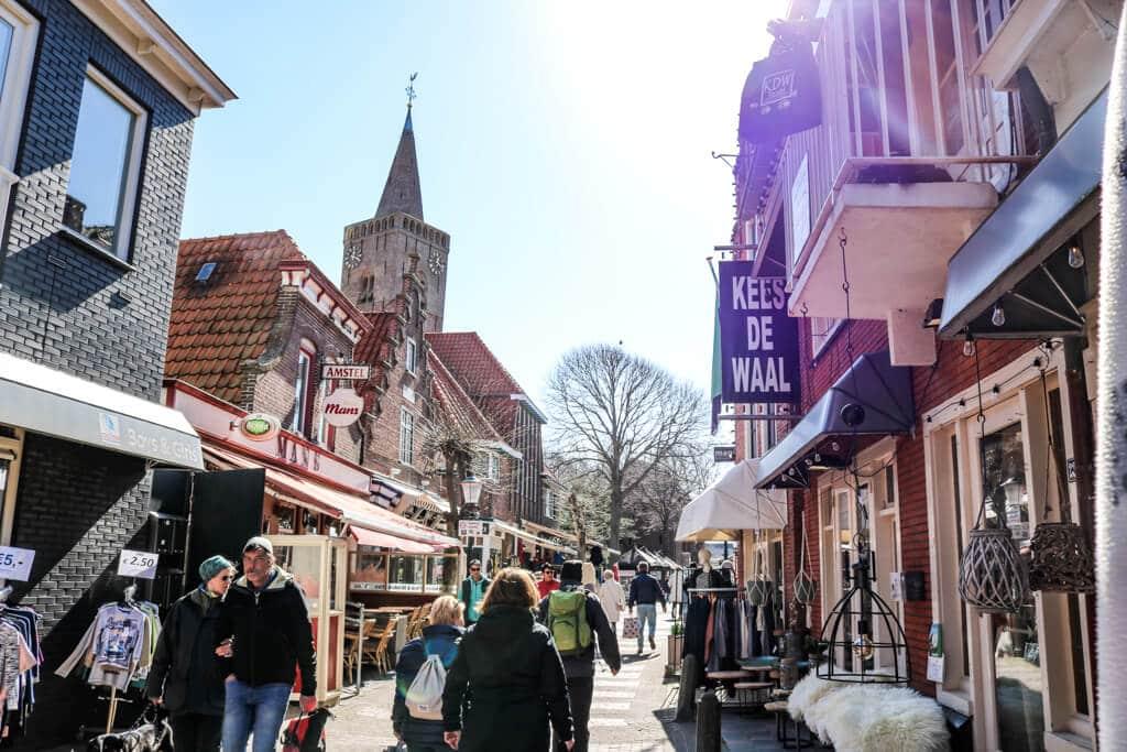 kleine Einkaufsstraße mit einem Kirchturm