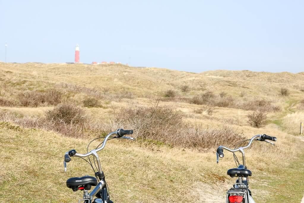 Texel - Fahrräder in den Dünen mit Blick auf den Leuchtturm