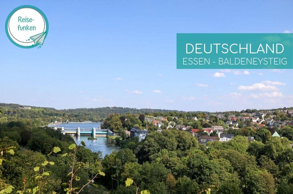 Blick über den Baldeneysee in Essen und grüne Wälder - oben Links Logo
