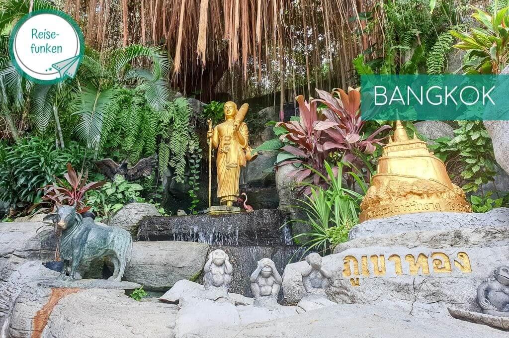 Bangkok - Golden Mount Temple_ Statuen von den drei Affen; goldene Figuren