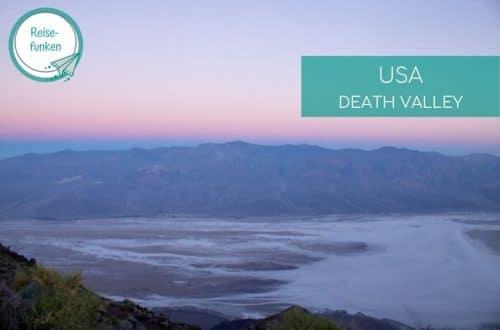 Sonnenaufgang über der Salzwüste - im Hintergrund Berge