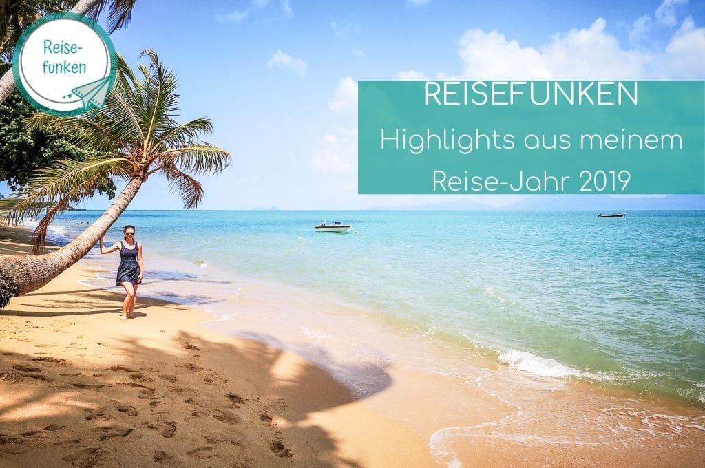 Frau steht auf einem Sandstrand neben einer Palme, rechts das Meer