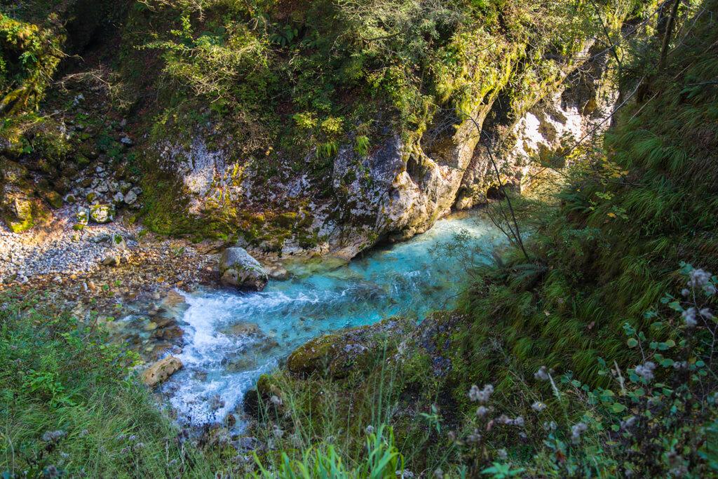 leuchtend blauer Fluss fließt durch eine Schlucht