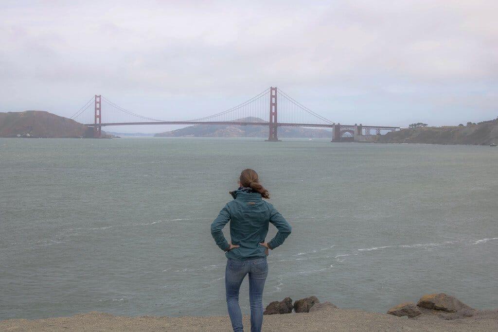 San Francisco - Golden Gate Bridge mit Frau im Vordergrund