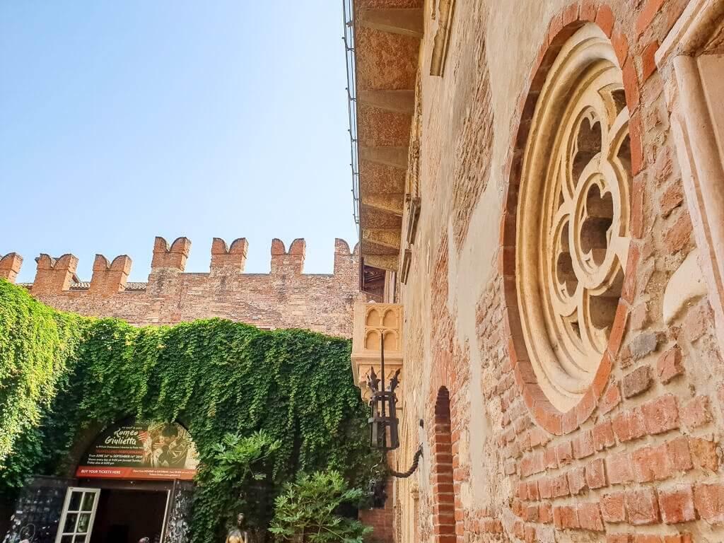 Verona - Casa di Guilietta - Backsteinhaus mit Blumenförmigem Fenster und Innenhof