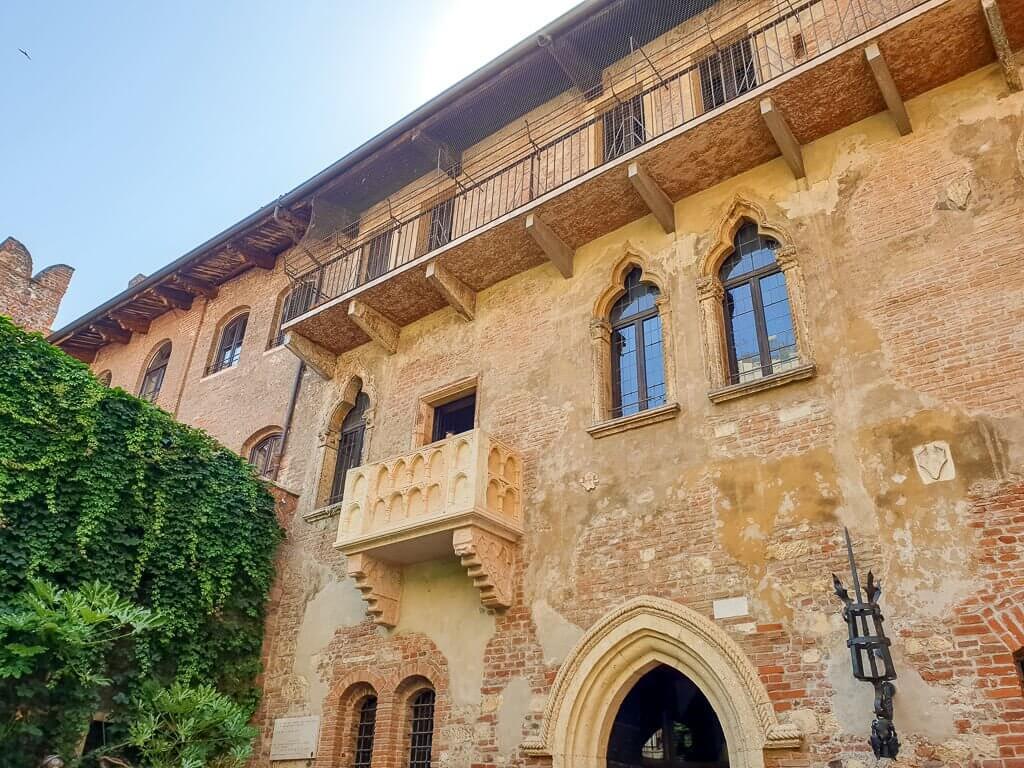Casa di Guilietta in Verona - Backsteingebäude mit kleinem Balkon und Efeuranken