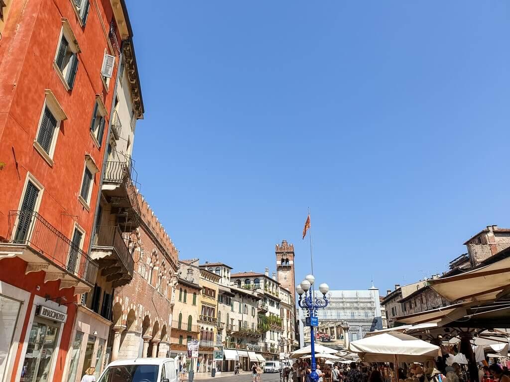 Piazza delle Erbe - Verona - großer Marktplatz mit historischen Gebäuden