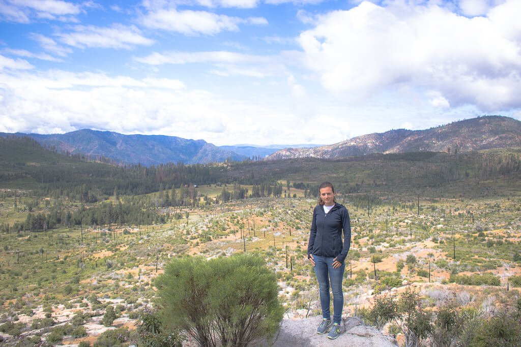 Yosemite Nationalpark - Frau steht auf einem Stein