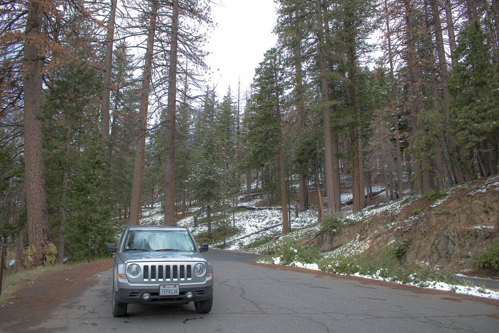 Yosemite Nationalpark - Auto - Straße mit Schnee
