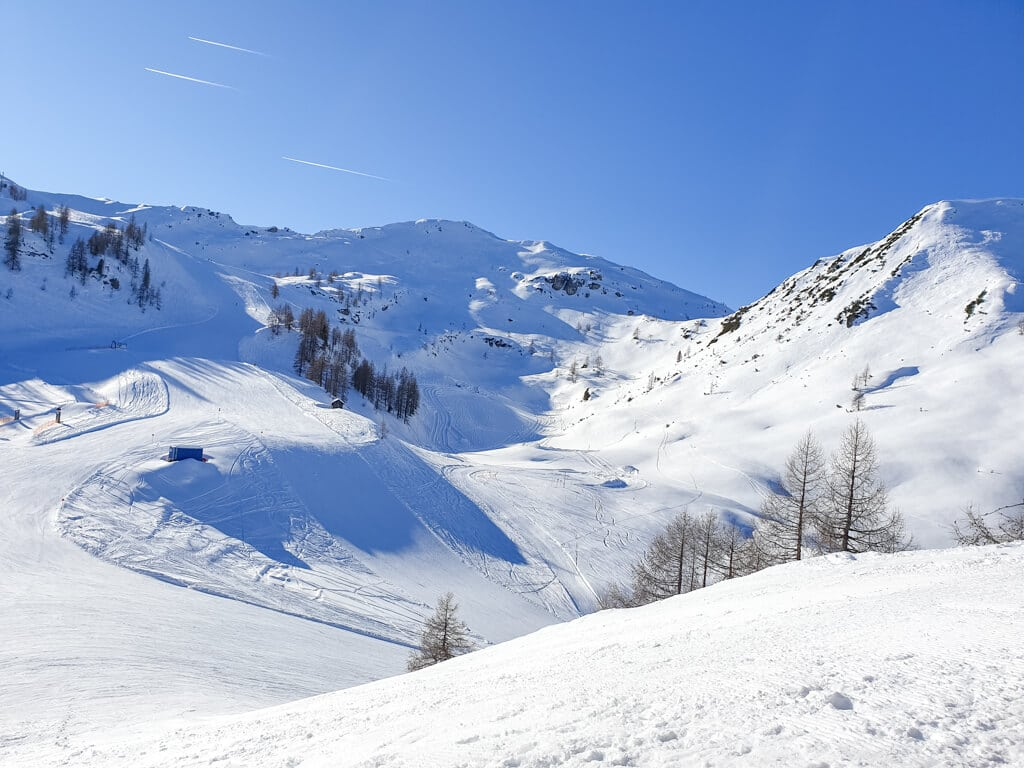 schneebedeckte Berge und Skipisten