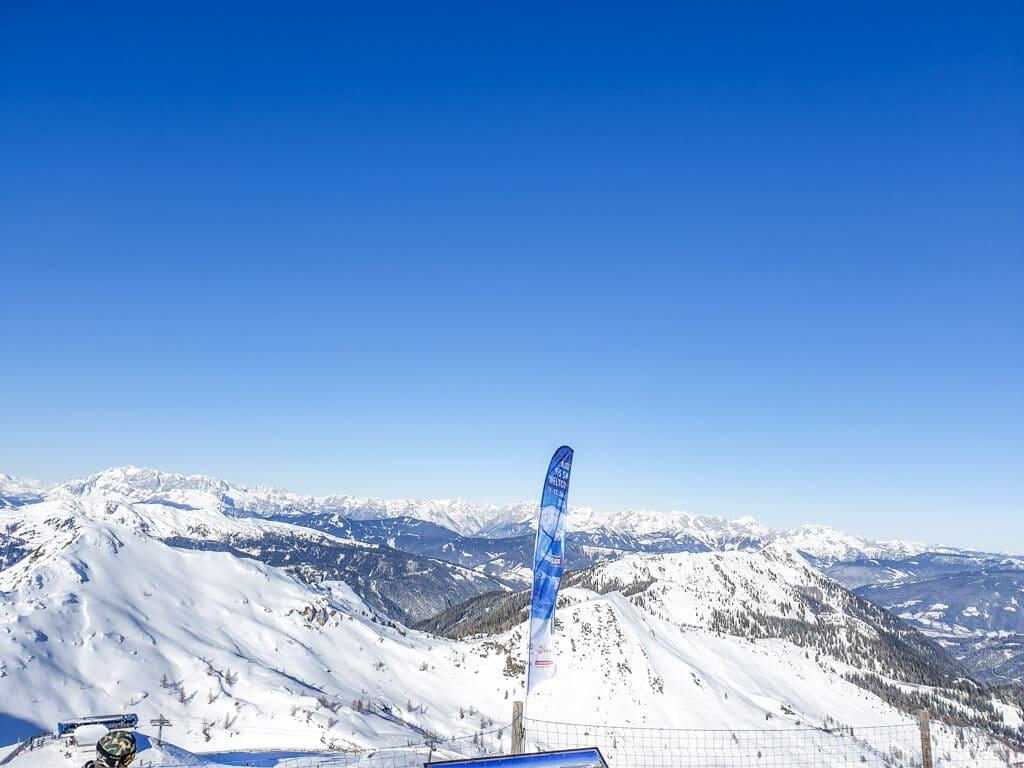 Aussichtspunkt mit Fahne von Zauchensee und Bergpanorama