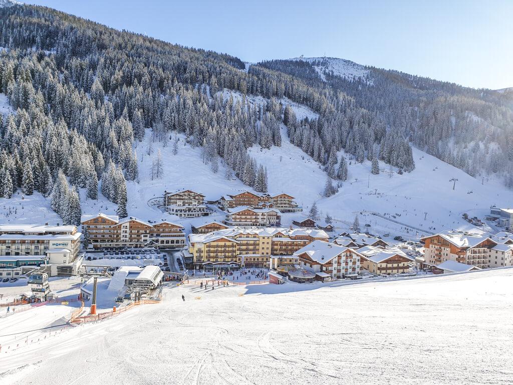 Blick auf einen Ort inmitten der Berge im Schnee
